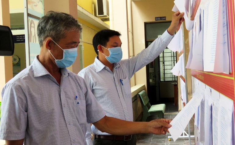 Niêm yết công khai TTHC giúp tổ chức, cá nhân giám sát tốt các quy trình giải quyết TTHC của mình. Ảnh: PHẠM THÙY