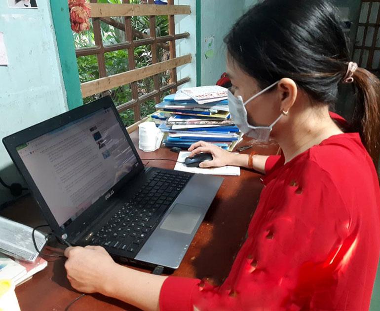 Người dân tìm kiếm thông tin TTHC cần giải quyết đăng tải công khai trên các cổng thông tin của tỉnh và địa phương. Ảnh: THÙY THẢO