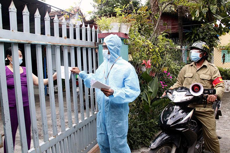 Ông Đặng Oanh và Tổ COVID cộng đồng khu phố Ninh Tịnh 5 (phường 9, TP Tuy Hòa) đến từng nhà, đi từng hẻm nhắc nhở các quy định phòng, chống dịch. Ảnh: TRẦN QUỚI