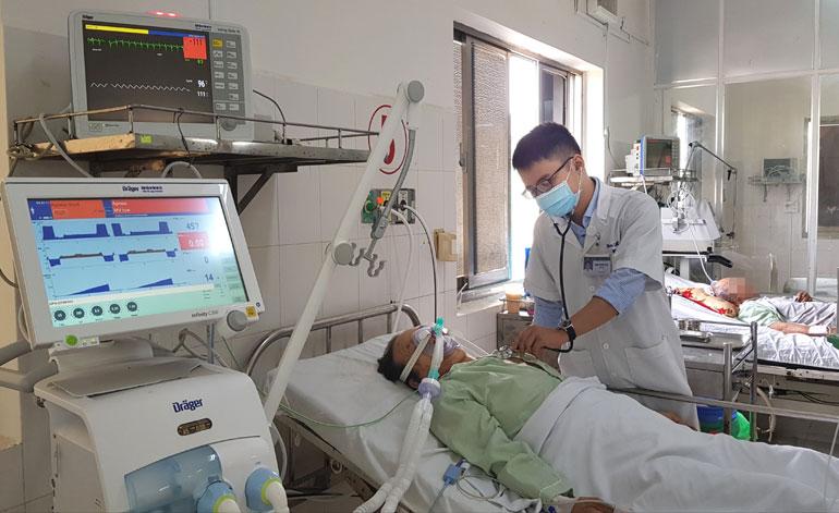 Nhân viên y tế làm việc tại Khoa Hồi sức tích cực, Bệnh viện Đa khoa Phú Yên. Ảnh: YÊN LAN