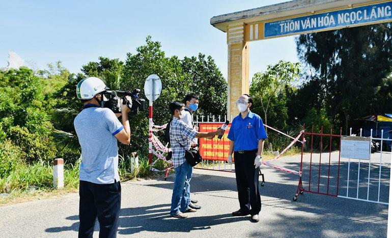 Các nhà báo tác nghiệp tại một khu phong tỏa ở xã Bình Ngọc, TP Tuy Hòa. Ảnh: CTV