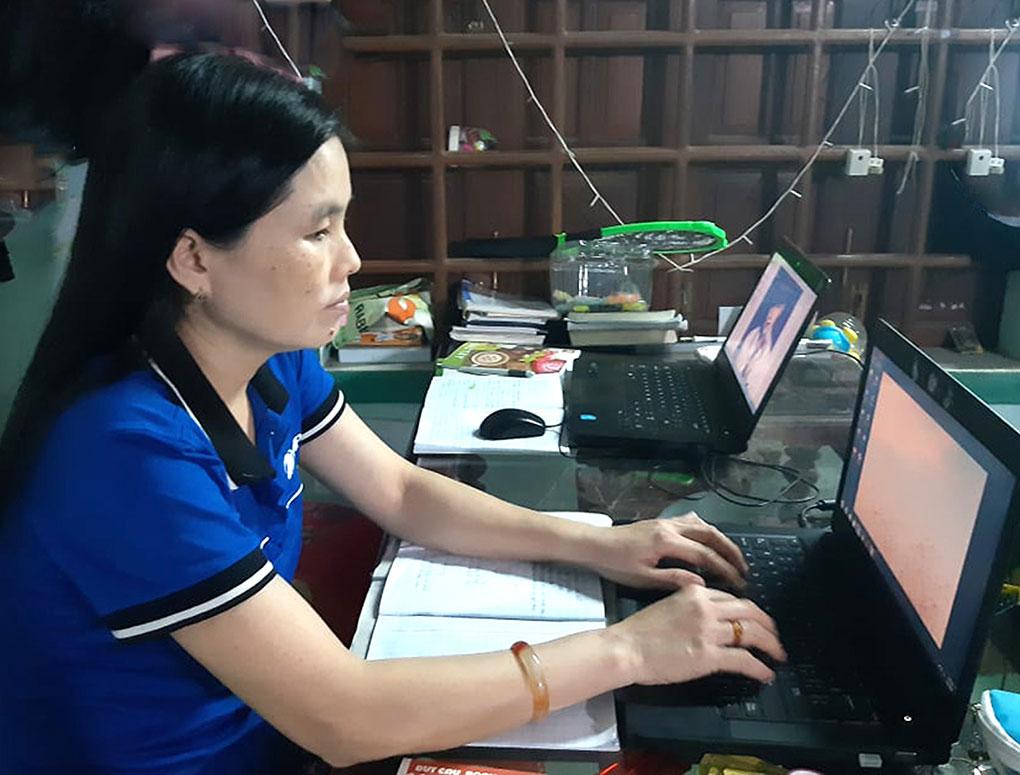 Người dân sử dụng Cổng dịch vụ công trực tuyến để giải quyết TTHC ngay tại nhà. Ảnh: THÙY THẢO