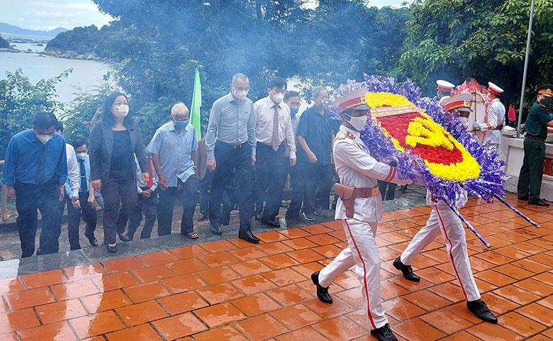 Tỉnh ủy, HĐND, UBND , Ủy ban MTTQ tỉnh đặt vòng hoa viếng các liệt sĩ tại Di tích Bến tàu Không số Vũng Rô. Ảnh: XUÂN HIẾU